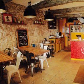 La chaleureuse salle du restaurant